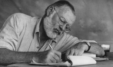 Conselhos de Hemingway sobre escrita, ambição, a arte de revisão e sua lista de livros essenciais para aspirantes a escritores
